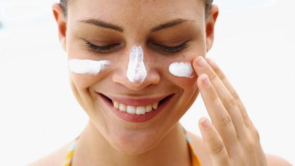 Нанесение крема от геморроя на проблемную кожу