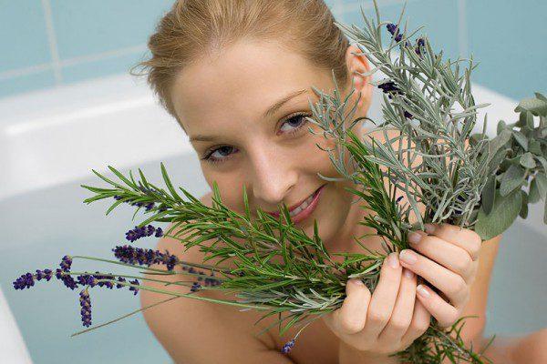 Прием прохладной ванны на травах