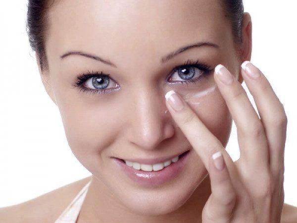 Нанесение крема от геморроя на лицо