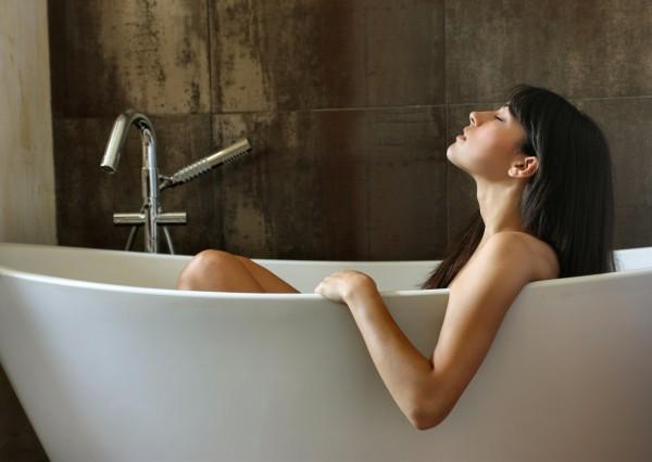Прием прохладной ванны для облегчения болей